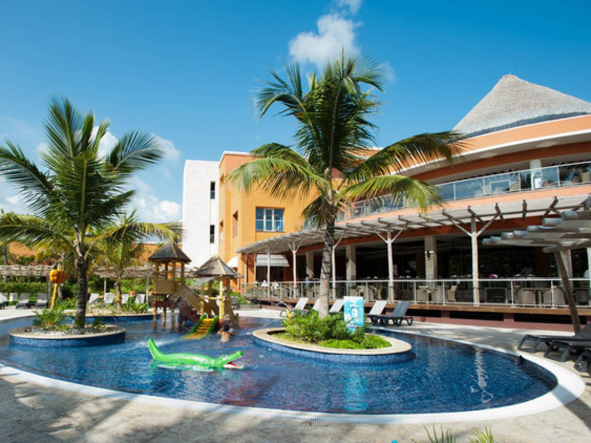 After reading all the positive reviews about the hotel Riu Palace Punta Cana 5 *, my friend and I were sure that our stay would be perfect, but.