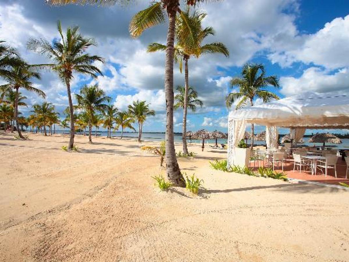 Luxury Bahia Principe Ambar Blue Punta Cana - Beach Bar
